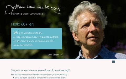 Screenshot van de home pagina met een grote foto van Johan van der Kooij en een lichtblauw vlak met tekst